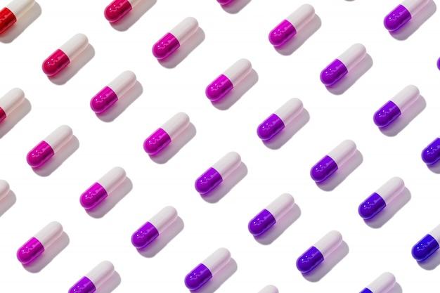 Modello della capsula della pillola isolato su fondo bianco