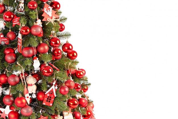 Modello della cartolina di natale, albero di natale su fondo bianco isolato, cartolina d'auguri di nuovo anno