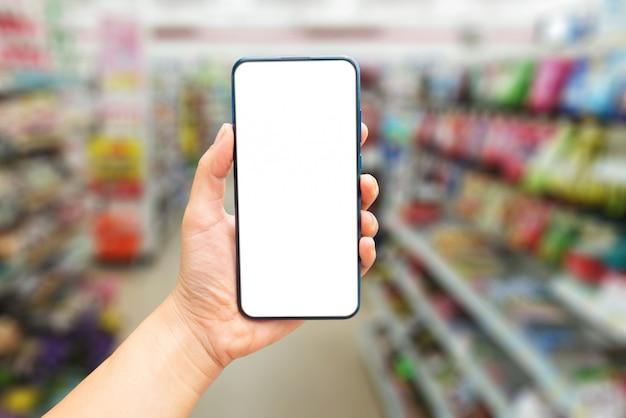 Modello delle mani che tengono uno schermo in bianco dello smartphone
