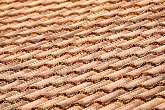 Modello delle mattonelle di tetto superiore antica della casa in rurale