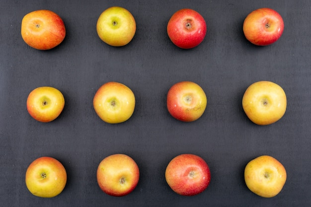 Modello delle mele di vista superiore sull'orizzontale di legno nero