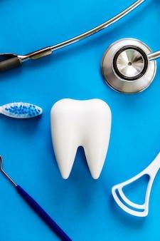 Modello dentale e attrezzatura dentale sul blu