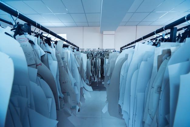 Modello di abbigliamento. linea di produzione dell'industria tessile. fabbrica tessile.