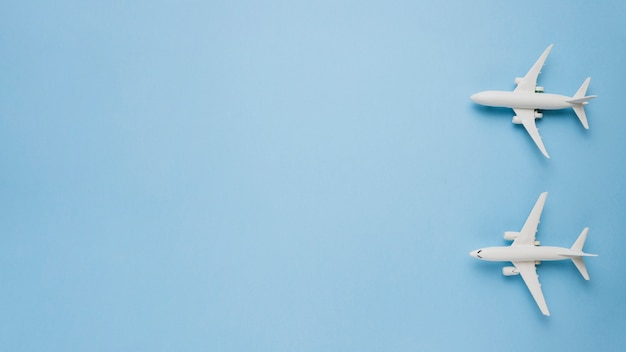 Modello di aerei su sfondo blu