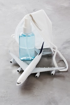 Modello di aereo, spray per flaconi di gel e maschera per il viso