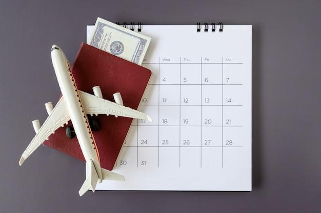 Modello di aeroplano con calendario cartaceo. pianificare il viaggio