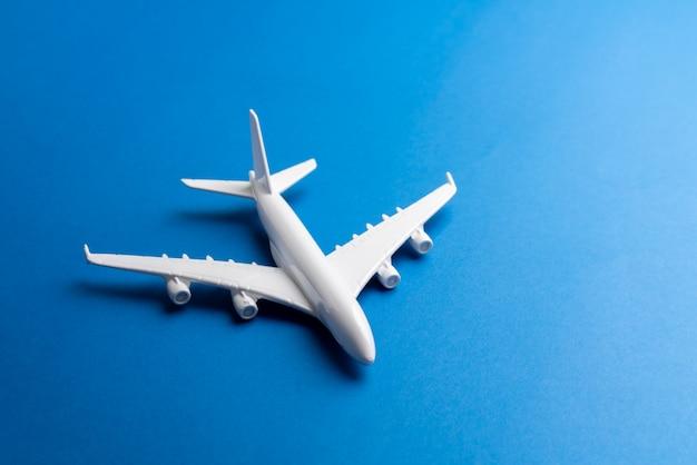 Modello di aeroplano per biglietto online e concetto di turismo