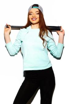 Modello di alta moda look.glamor elegante sexy bella giovane donna bruna in panno luminoso hipster estate con mazza da baseball