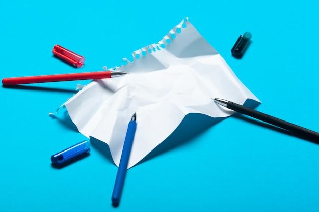 Modello di area di lavoro con taccuino e penne
