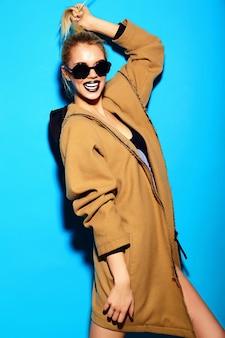 Modello di bella giovane donna bionda sexy divertente divertente alla moda di alta moda look.glam in panno luminoso hipster estate