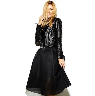 Modello di bella giovane donna bionda sorridente sexy alla moda di fascino pazzo divertente in vestiti neri dei pantaloni a vita bassa