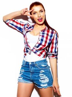 Modello di bella giovane donna divertente sorridente sexy alla moda di look.glamor di alta moda in panno casuale blu luminoso dei pantaloni a vita bassa di estate