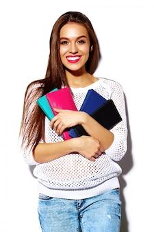 Modello di bella giovane donna sorridente sexy alla moda di alta moda look.glamor in panno hipster bianco casual luminoso estivo con borsa frizione colorata
