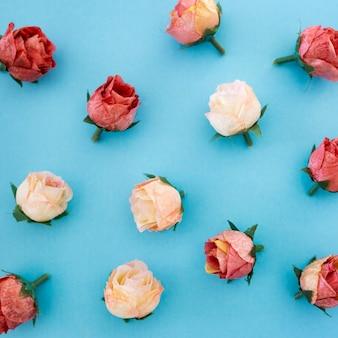 Modello di belle rose su sfondo blu