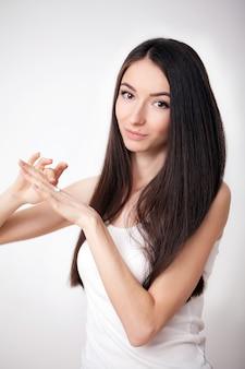 Modello di bellezza con pelle perfettamente fresca e ciglia lunghe. concetto di cura della pelle e della gioventù. spa e benessere. trucco e capelli. ciglia. primo piano, messa a fuoco selezionata.