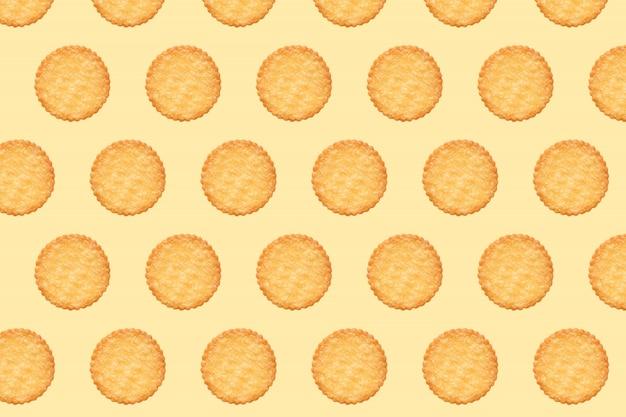 Modello di biscotti e tavola di colore arancione