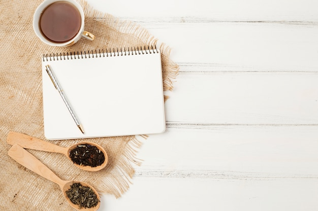 Modello di blocco note laici piatto con il concetto di tè