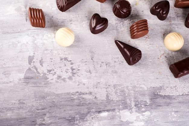 Modello di bordo di assortimento di foto di caramelle al cioccolato