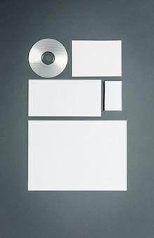 Modello di business con carte, documenti, disco