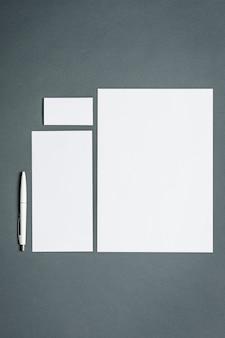Modello di business con carte, documenti, penna. spazio grigio.