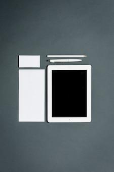 Modello di business con carte, documenti, tablet. spazio grigio.