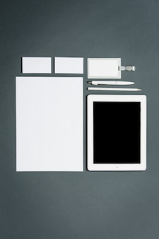 Modello di business con carte, documenti, tablet.