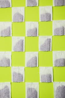 Modello di bustina di tè su sfondo al neon