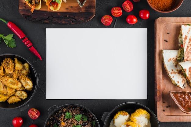 Modello di carta piatto laico con cibo messicano