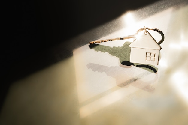 Modello di casa e la chiave in casa con la luce dalla finestra. casa offerta agente immobiliare,