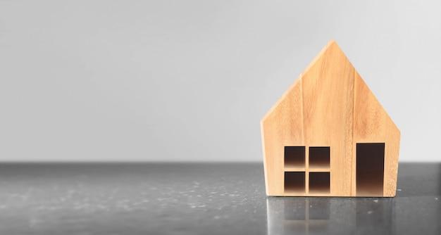 Modello di casa in legno. concetto di abitazioni e immobili