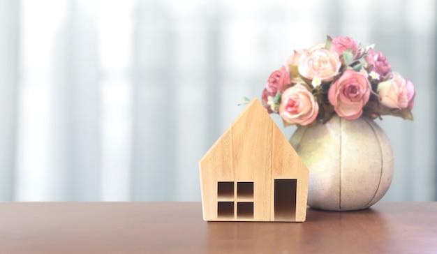 Modello di casa in legno. concetto di alloggio e immobiliare