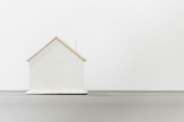 Modello di casa in legno per concetti immobiliari e di costruzione