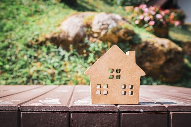 Modello di casa sul tavolo di legno