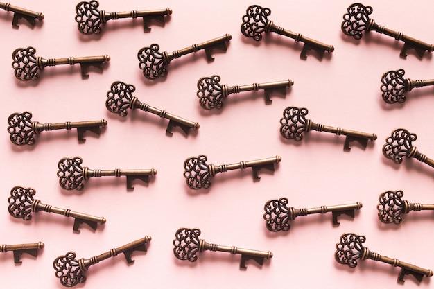 Modello di chiavi d'epoca su sfondo rosa