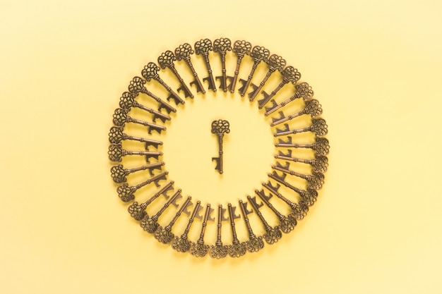 Modello di chiavi vintage e scena gialla