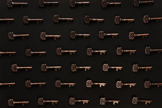 Modello di chiavi vintage e scena nera
