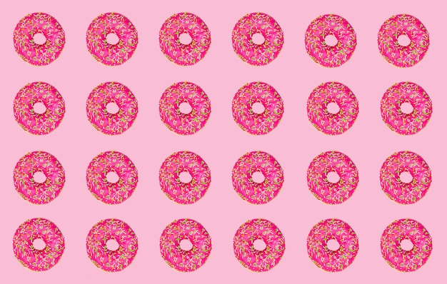Modello di ciambelle rosa su uno sfondo rosa