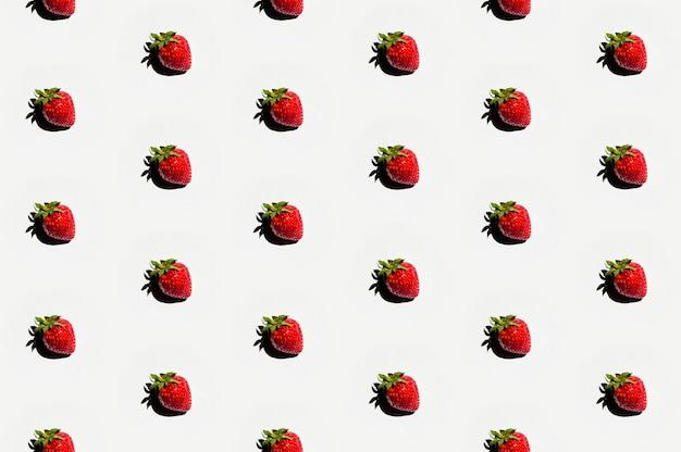 Modello di deliziose fragole sulla superficie bianca
