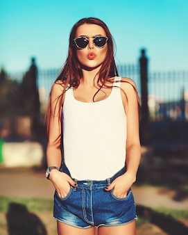 Modello di donna elegante glamour in panno luminoso estate in strada