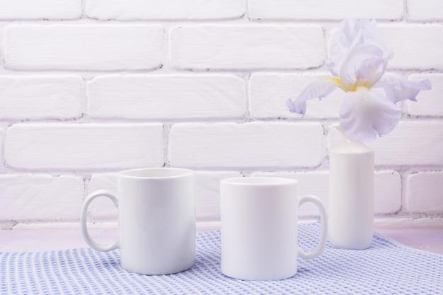 Modello di due tazze di caffè con fiori di iris