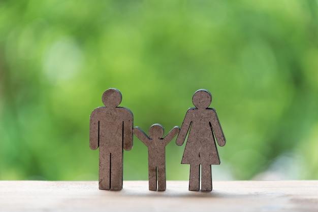 Modello di famiglia felice concetto, padre, madre e bambino legno con sfondo verde natura