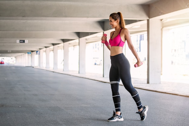 Modello di fitness lavorando per strada