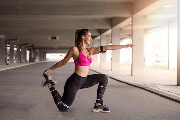 Modello di fitness lavorando