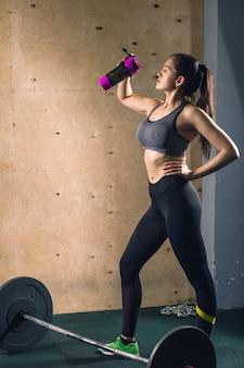 Modello di fitness sulla dieta di riposo e allenamento in palestra