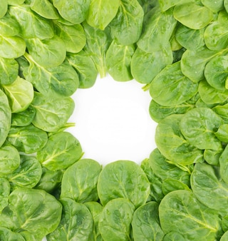 Modello di foglie di spinaci freschi baby. spinacia oleracea sfondo. flatlay di verdure a foglia verde e vista dall'alto