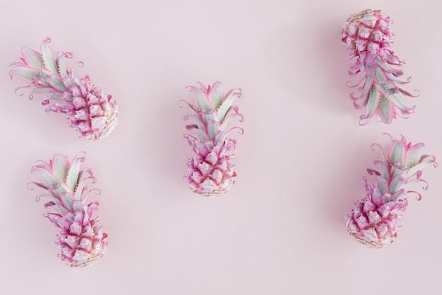 Modello di frutti al neon ananas su rosa e blu