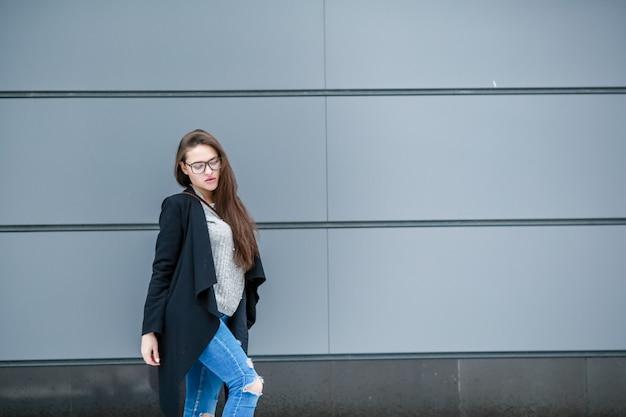 Modello di giovane bella ragazza con i capelli naturali lunghi labbra carnose vestite in un cappotto caldo