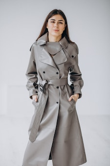 Modello di giovane donna che indossa cappotto grigio lungo