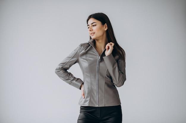 Modello di giovane donna che indossa giacca di pelle grigia