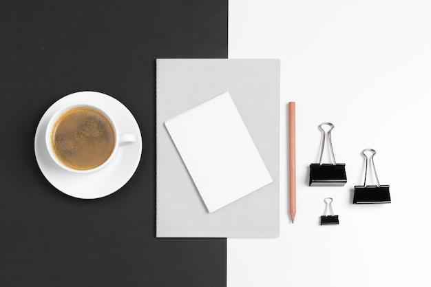 Modello di identità corporativa, set di elementi decorativi in bianco. mock up per il marchio